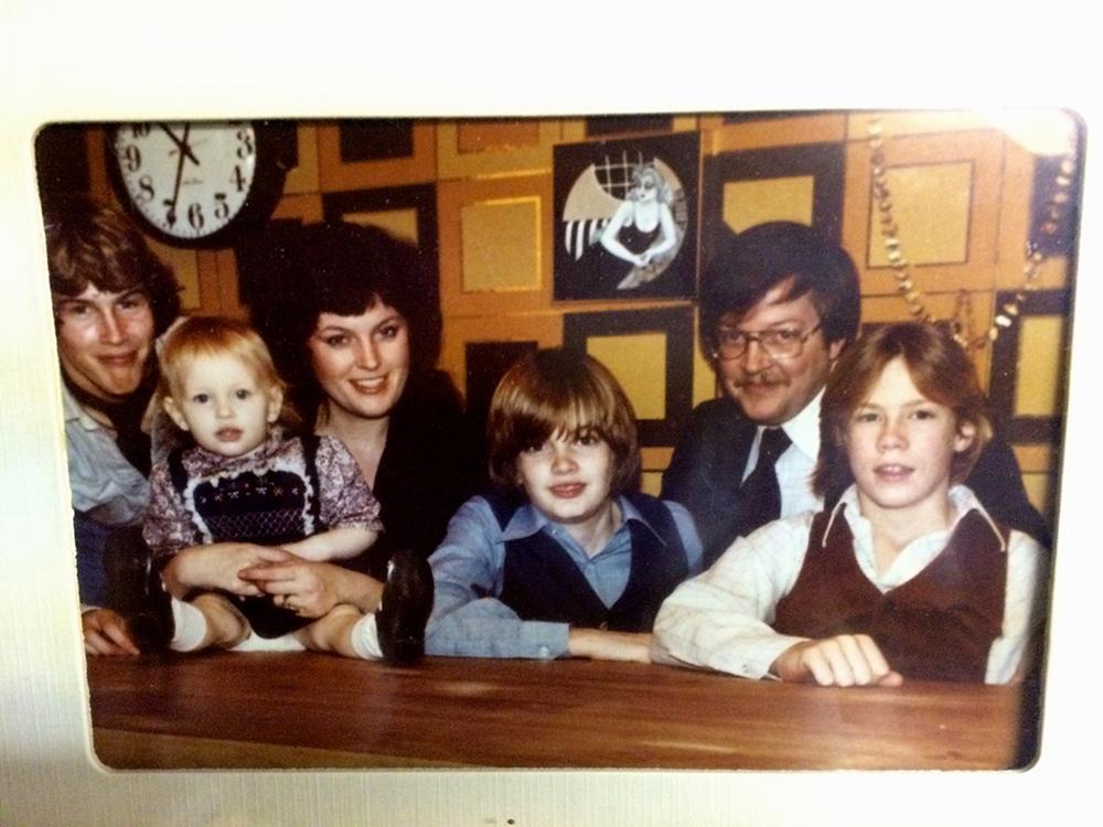 Карл и Эллендея Профферы с детьми (Эндрю , Иан и Крис, на руках - маленькая Арабелла)