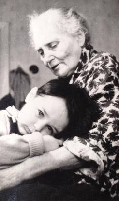 бабушка Мера Ароновна Никкель и правнук Алешка, 61-62-й гг