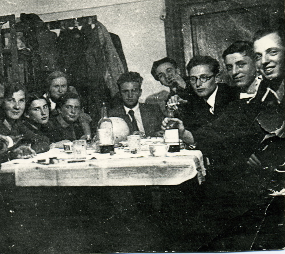 В консерваторском общежитии: первый справа - Меерович, третий - Локшин