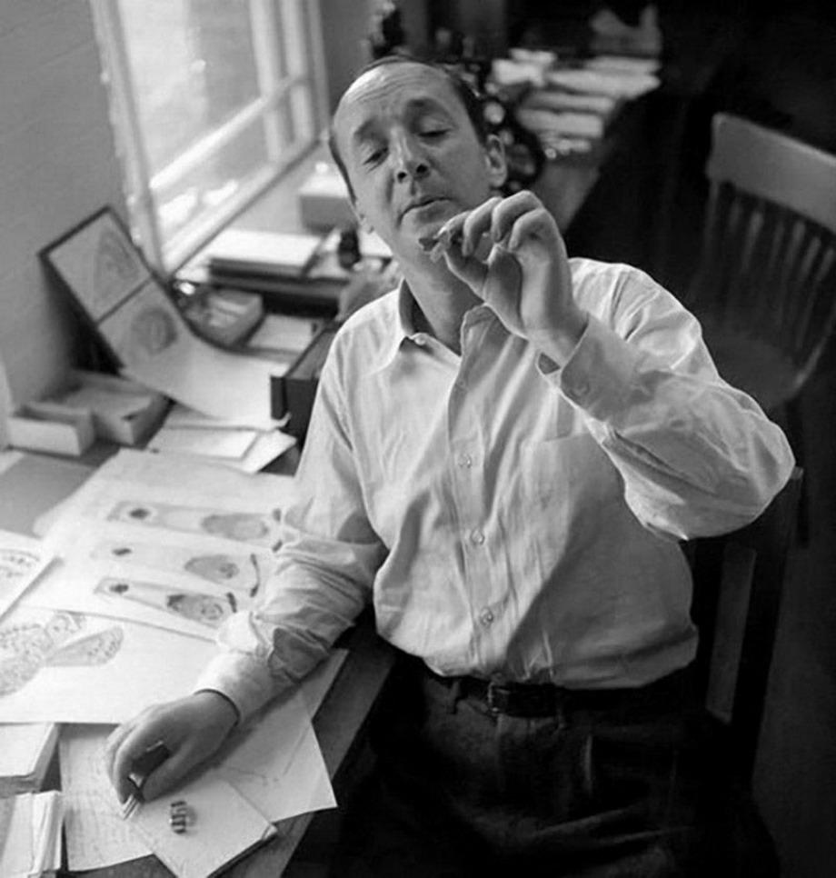 Владимир Набоков за рабочим столом в гарвардском музее