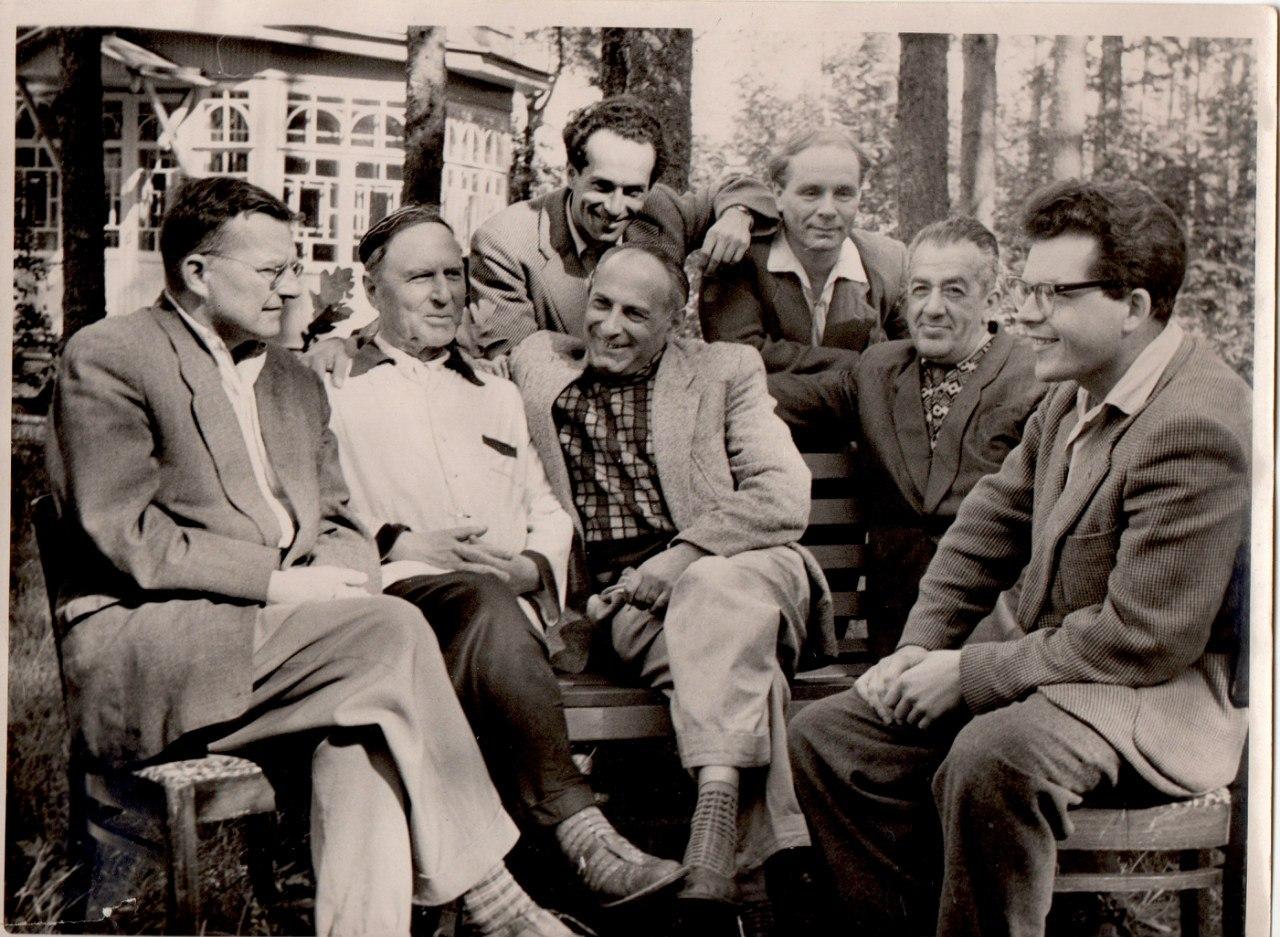 Слева направо сидят: Шостакович; Пащенко; Лобковский; Прицкер; Петров. Стоят слева направо: Орлов; Киянов