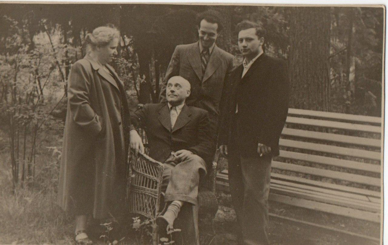 В центре: М. С. Друскин. Стоят слева направо: жена Друскина - Надежда Александровна; Генрих Орлов; Александр Утешев