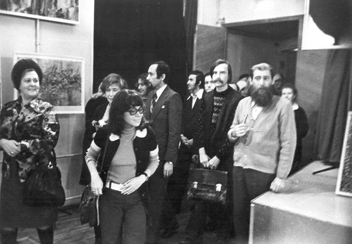 На выставке художника Евгения Михнова, Ленинград, 1978-й год. Крайний справа — Е. Михнов, за ним — В. Эрль. В центре — Ирэна Орлова (Ясногородская)