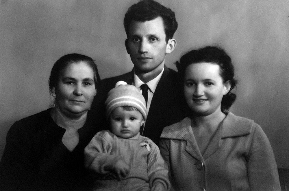 Папа (Юлий Капович), мама (Ада Капович), маленькая Катя и Татьяная Яковлевна Фролова в 1963-м г.