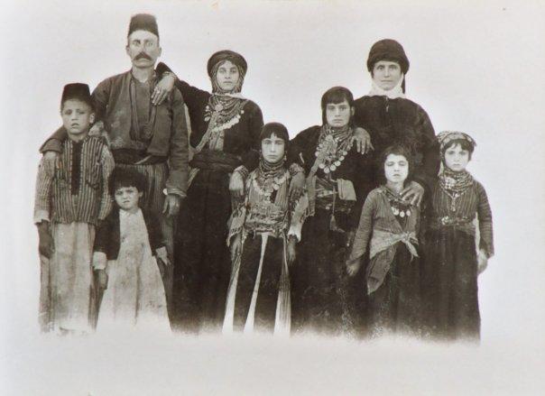 Ассирийская семья в районе Мидьят (современная Турция) в начале ХХ в.