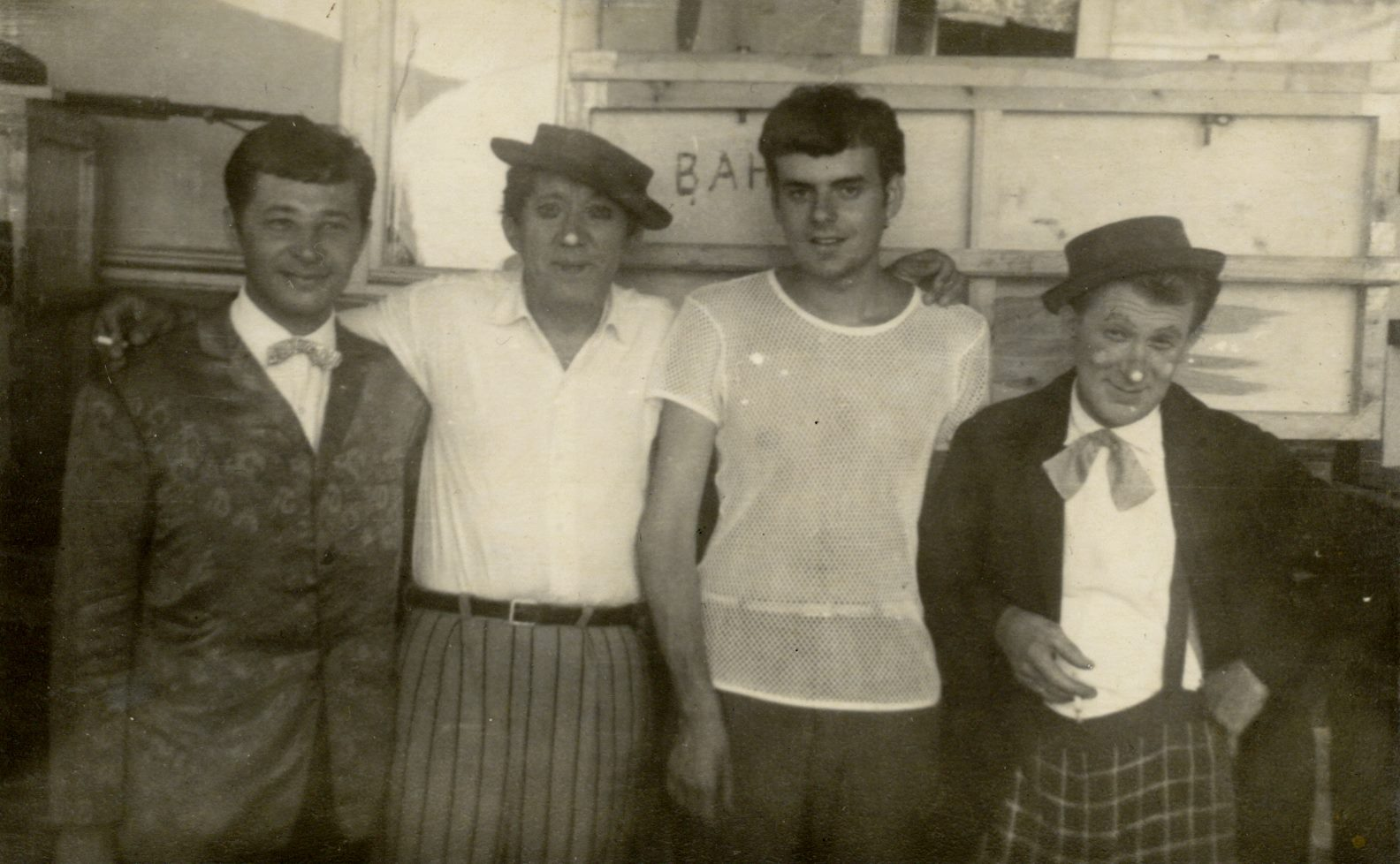 Слева направо: неизвестно, Юрий Никулин, Александр Татарский, Михаил Шуйдин
