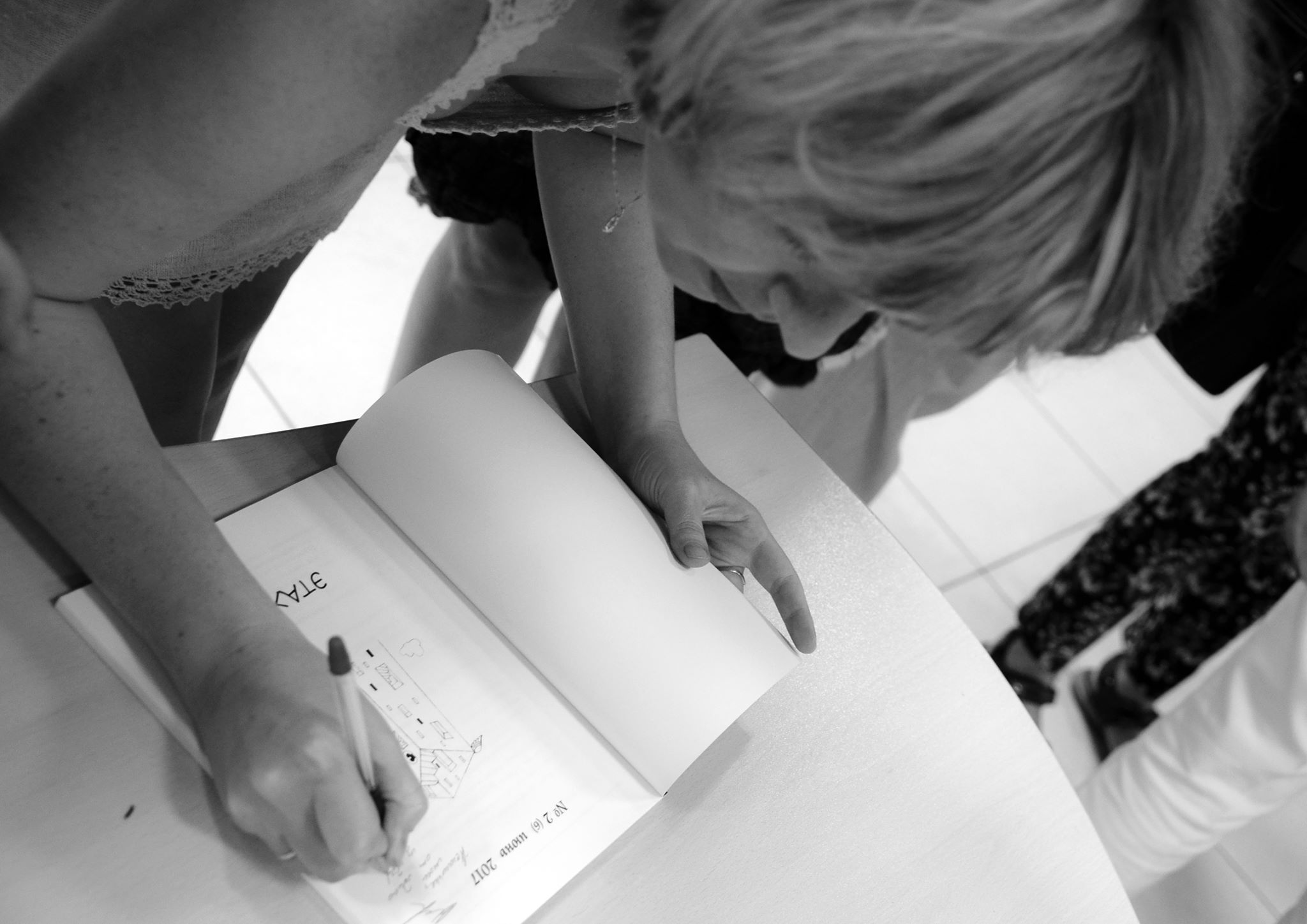 Наталья Дзе подписывает третий номер журнала ЭТАЖИ, в котором опубликован ее рассказ ШУШУВИЧ с иллюстрациями Олега Ильдюкова. Фотограф Галина Кожемяченко