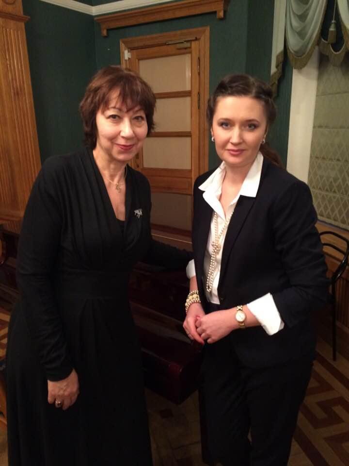 Пианистка, лауреат многочисленных конкурсов, Елена Кушнерова (справа Ирина Терра)