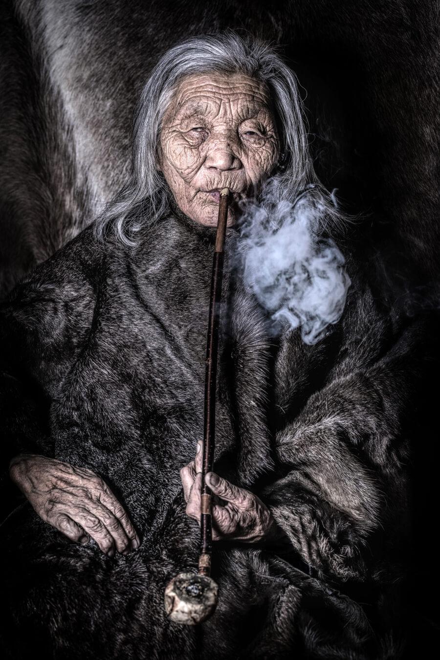Бабушка Ульзий из малочисленной народности духа, кочевники-оленеводы, которые этнически относятся к тувинцам © Александр Химушин / The World In Faces