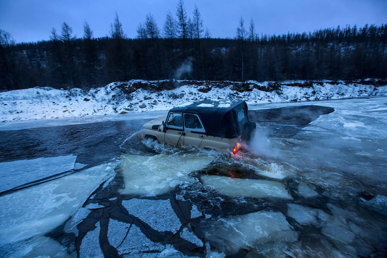 Якутия. Дорога через реку. Так я добирался до эвенкийский оленеводов. © Александр Химушин / The World In Faces
