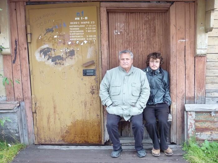 Воркута. Валерий и Жан перед последним домом, в котором жила семья Валерия в 1960-е годы. Сентябрь 2011