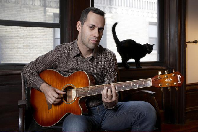 Михаил Идов в нью-йоркской квартире с котом Кацуко