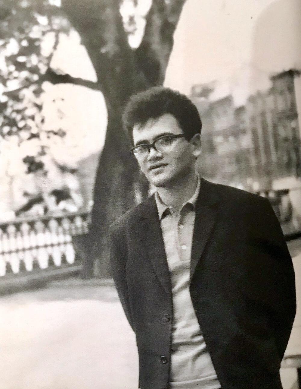 Александр Кушнер на канале Грибоедова, 1965г, фото Лидии Гинзбург