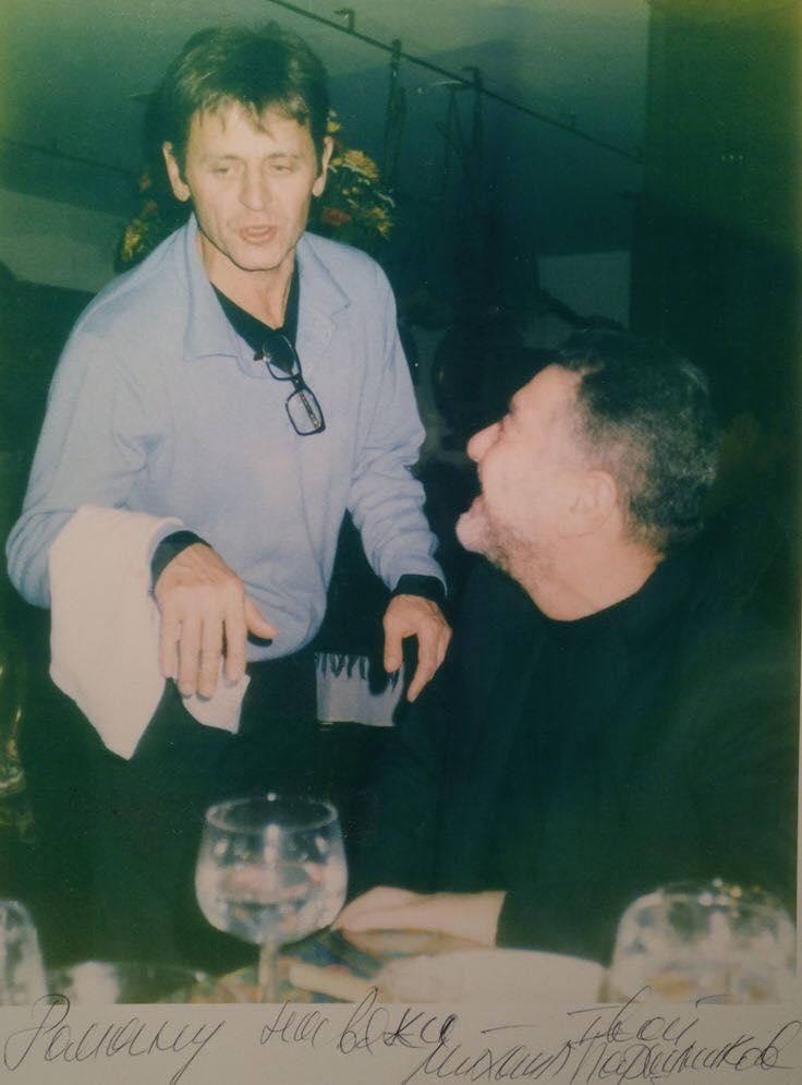 Михаил Барышников в роли официанта; обслуживает Р. Каплана в Русском Самоваре