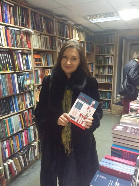Ирина Терра с первым номером журнала в московском магазине Фаланстер