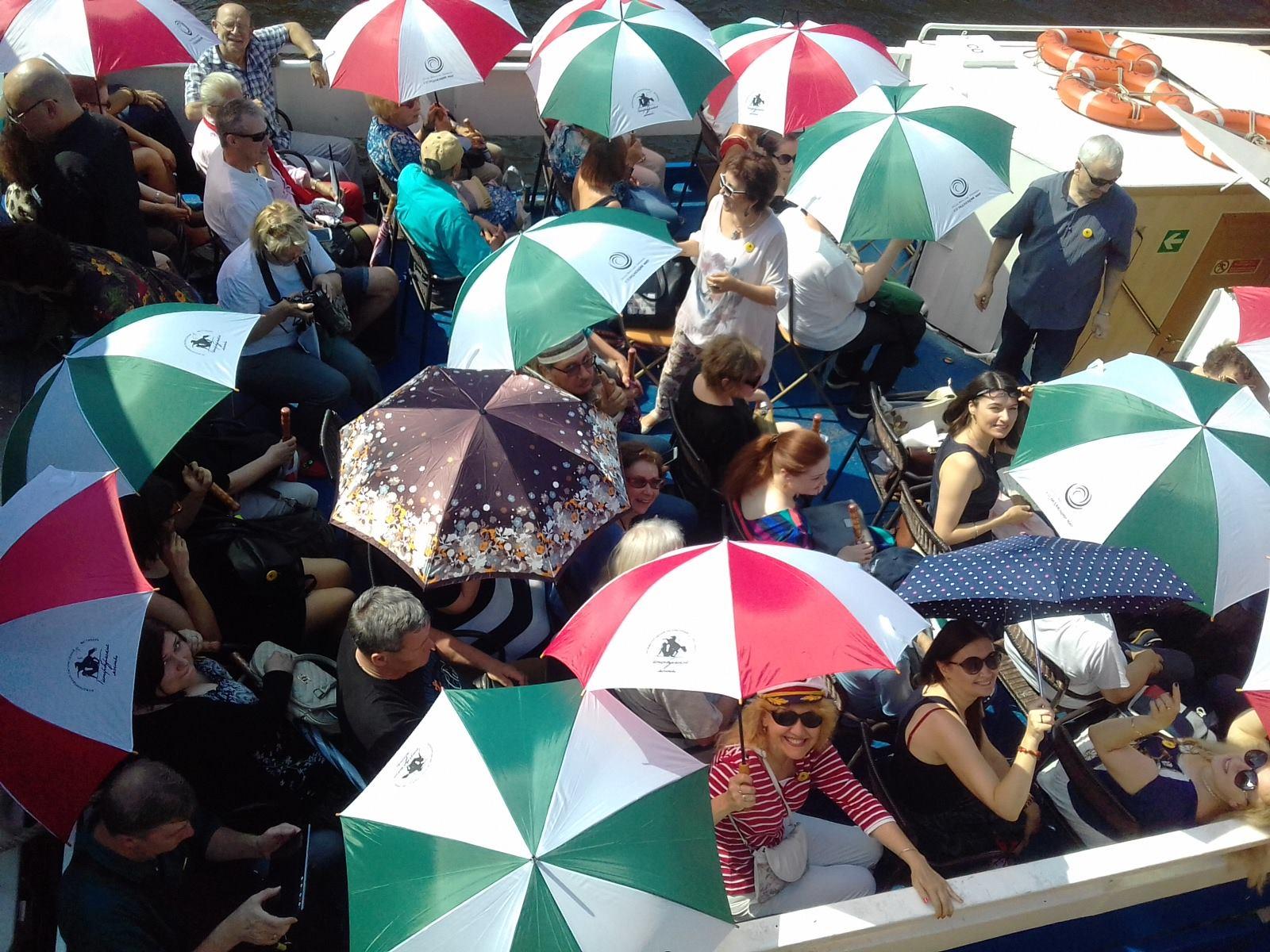 На теплоходе Самсон с фирменными зонтами фестиваля