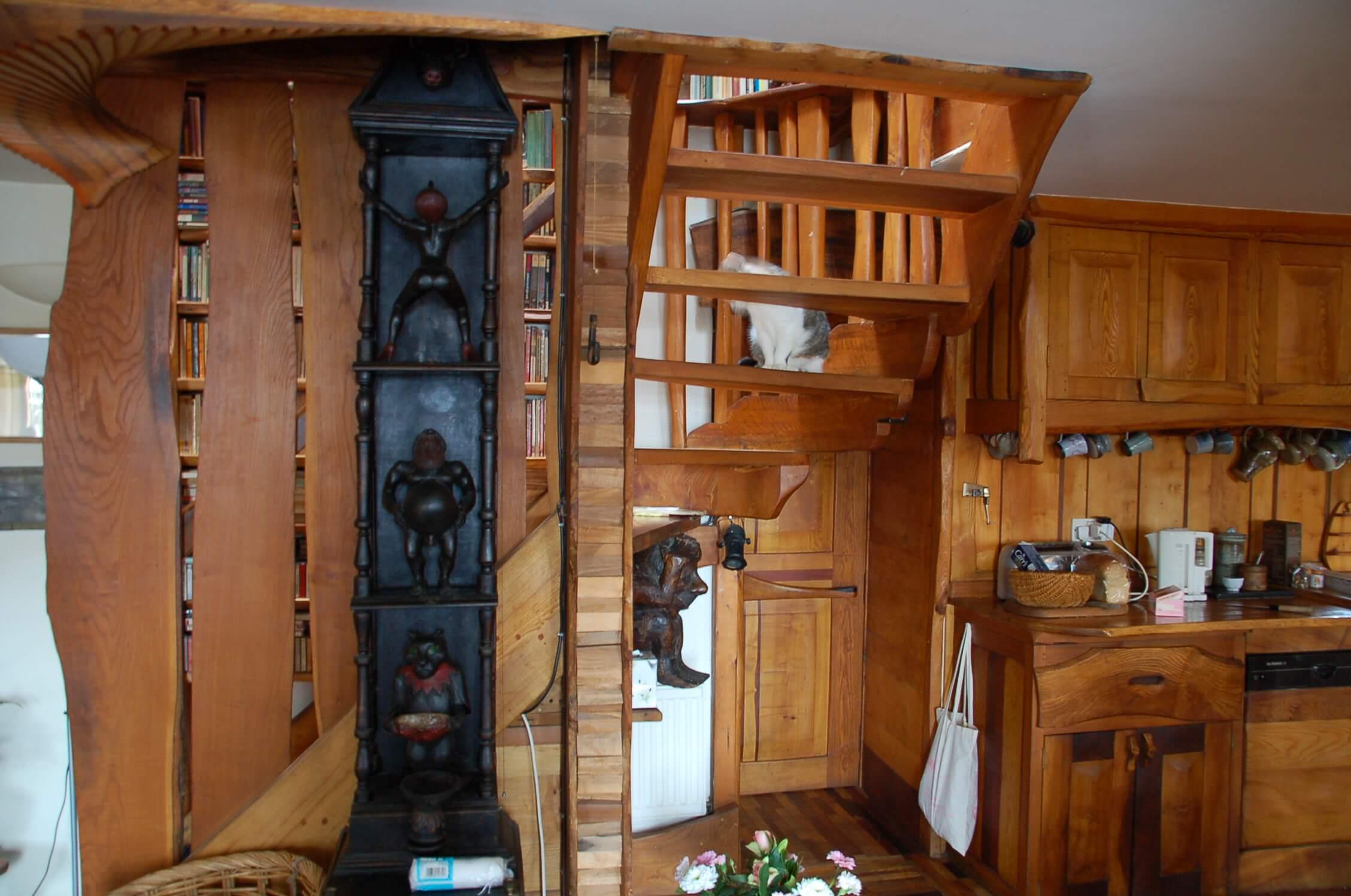 Лестница на второй этаж и кухня. Деревянные скульптуры работы Э. Берсудского