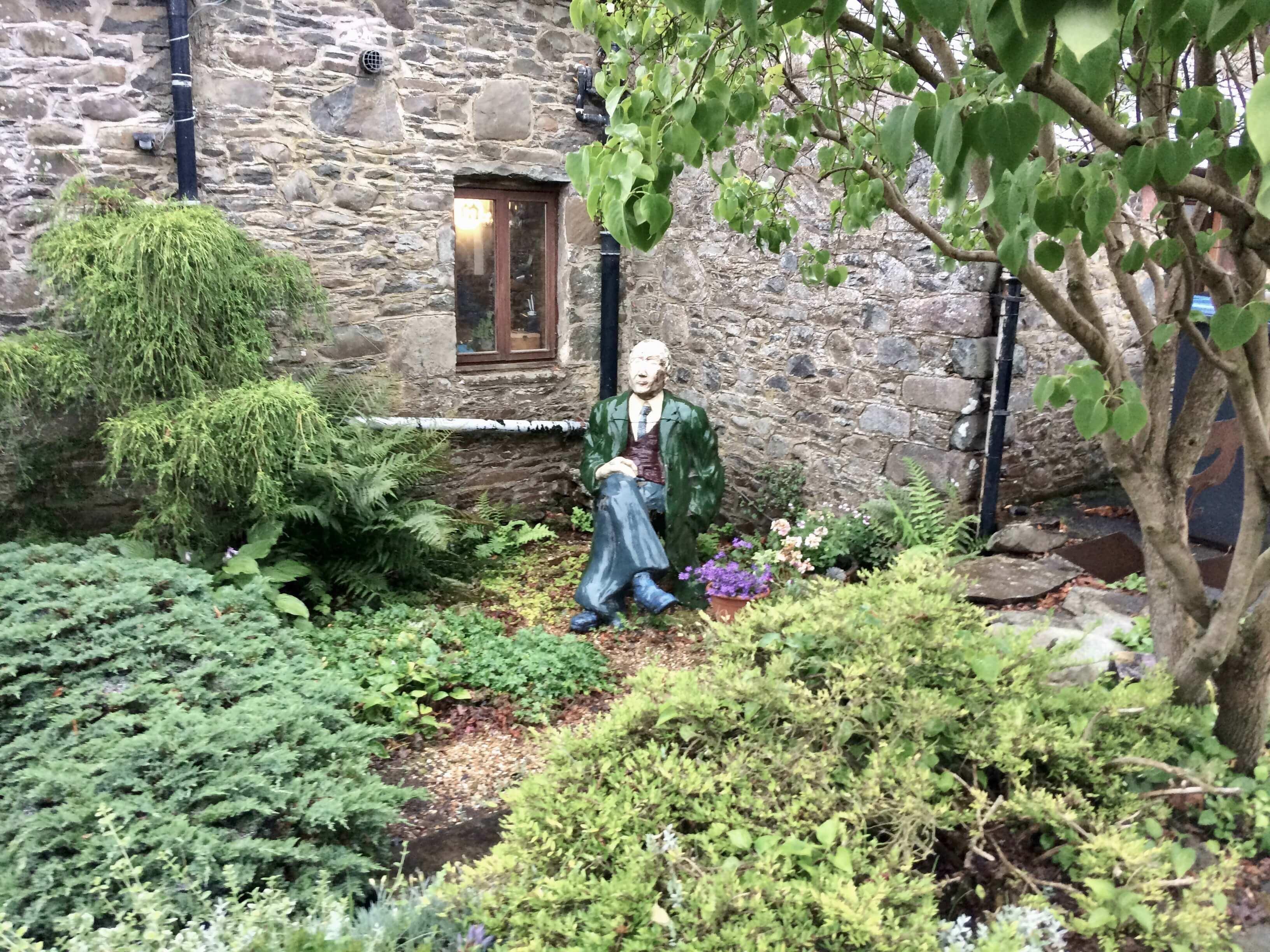 Скульптурный портрет отца Тима Стэда перед домом
