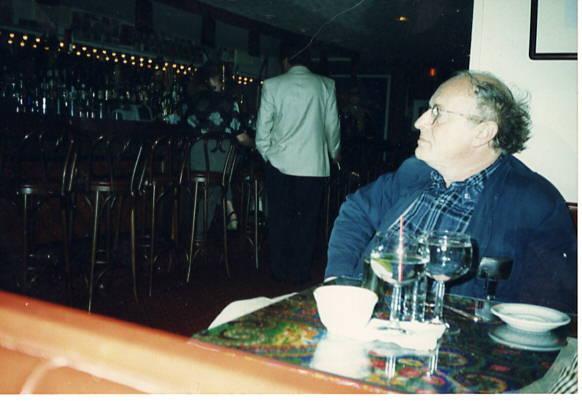 Иосиф Бродский за столиком в САМОВАРЕ. Фото Алины Избицер