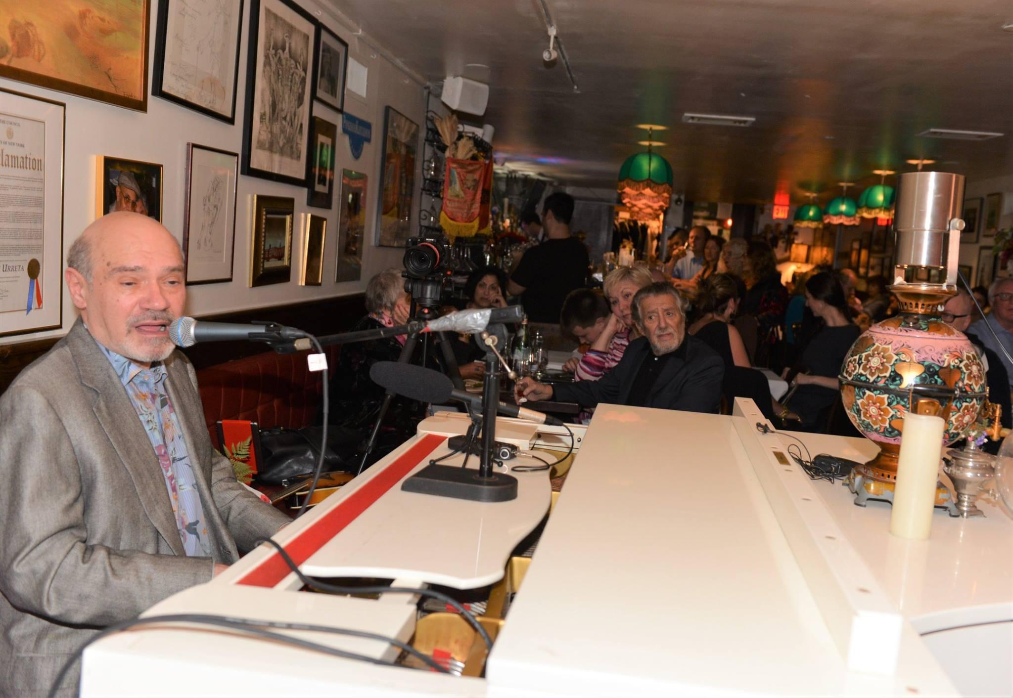 На вечере — 25 лет в САМОВАРЕ. Александр Избицер, за столиком — Роман Каплан. Фото Захара Левентула