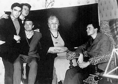На даче у Ахматовой, 16 мая 1965 года. Слева направо: Соломон Волков, Виктор Киржаков, Валерий Коновалов (сидит), Анна Ахматова, Станислав Фирлей. Фотограф Слава Осипов