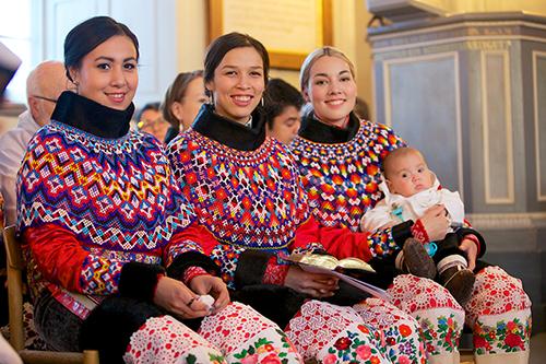 Молодые девушки в главной церкви Гренландии. 2014