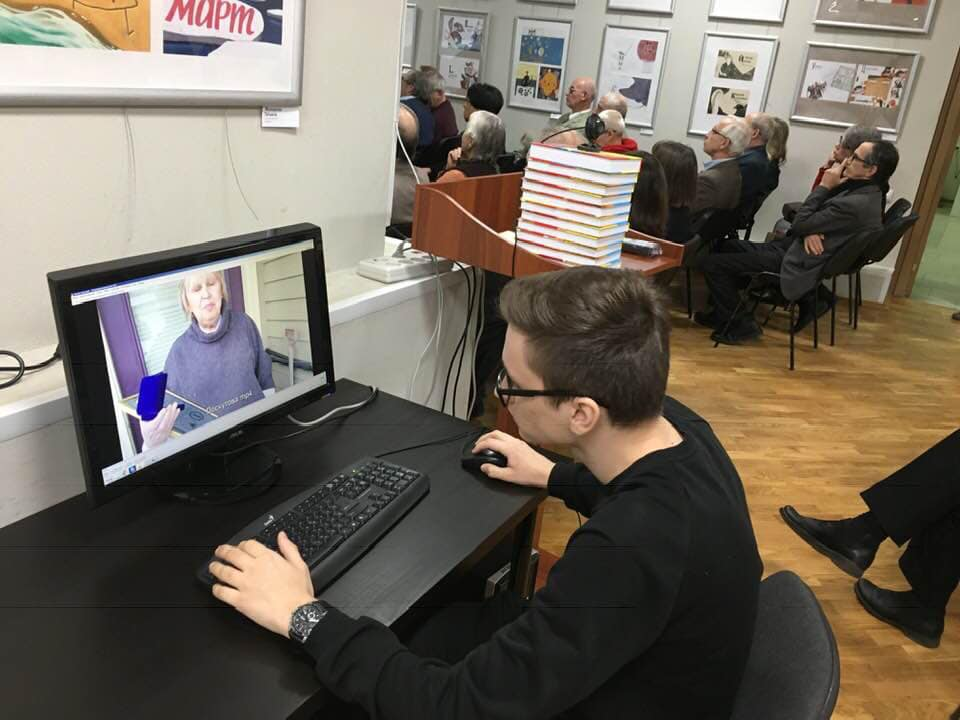На мониторе — приветственное слово Тани Лоскутовой, лауреата за лучшую документальную прозу