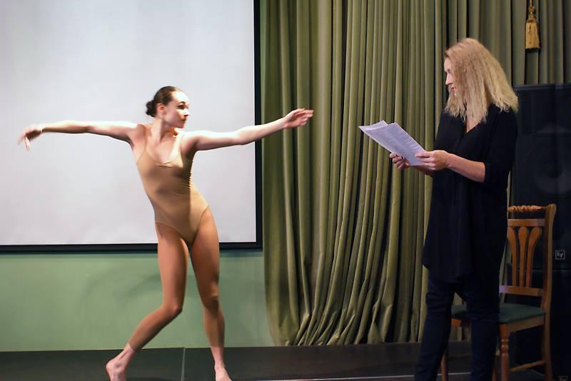 Чтение стихов Татьяны Вольтской сопровождалось статичной хореографией Анны Румянцевой и флейтой Ольги Манусовой