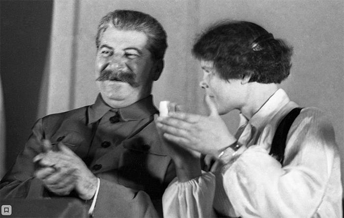 Иосиф Сталин и героиня трактористка Мария Демченко на десятом съезде комсомола. Фото Ивана Шагина (18 апреля 1936)