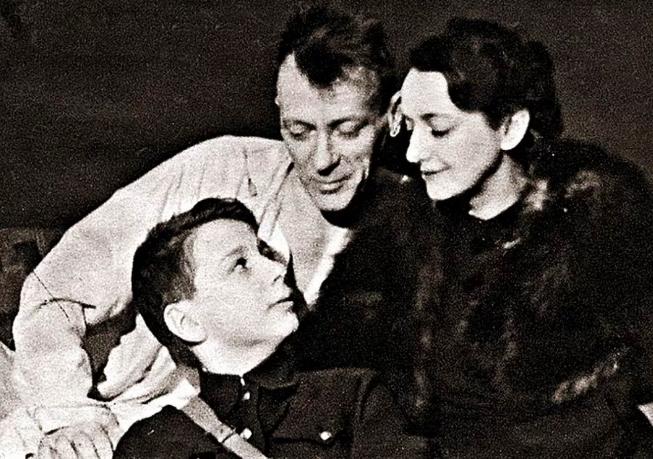 Михаил Булгаков с женой Еленой и приемным сыном Сергеем Шиловским, январь 1940