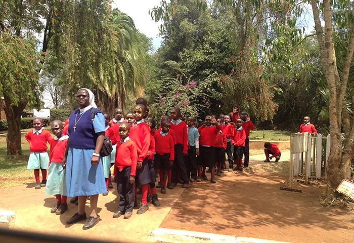Экскурсия школьниц в музее под открытым небом БОМАС в Найроби