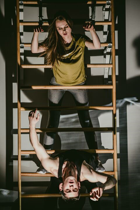 Сцена из спектакля. Любовь — это спорт интриг: Александра Ревенко, Георгий Кудренко. Фото — Ира Полярная