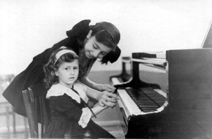 С сестрой после первого сольного концерта, Тбилиси, 1963 г