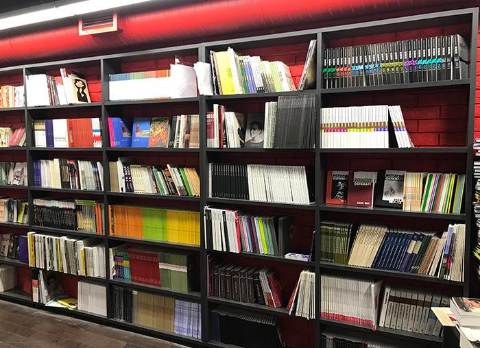 Стеллажи с периодическими изданиями в книжном магазине ФАЛАНСТЕР