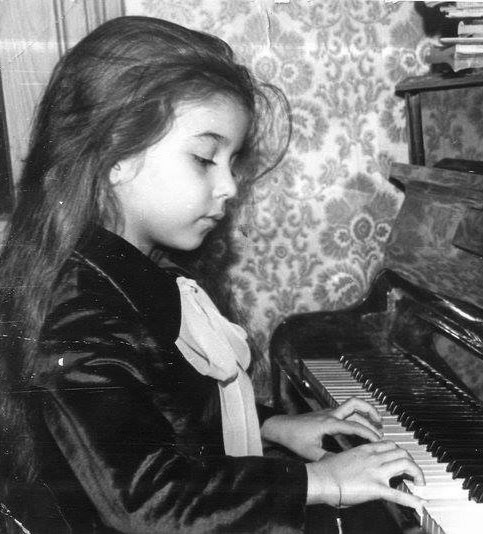 Дома, за фортепиано Rönisch, занятия в концертном платье перед выступлением, ок. 1981г