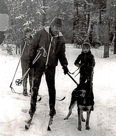 В лесу с папой и овчаркой Шейлой, 1982г