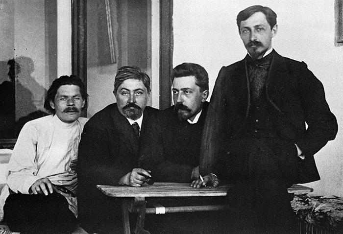 М. Горький, Д. Н. Мамин-Сибиряк, Н. Д. Телешов и И. А. Бунин. Ялта, 1902 г.