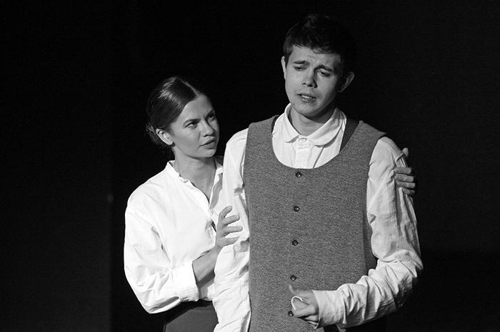 Тимур Тихомиров в роли Лариосика и Лана Крымова в роли Елены