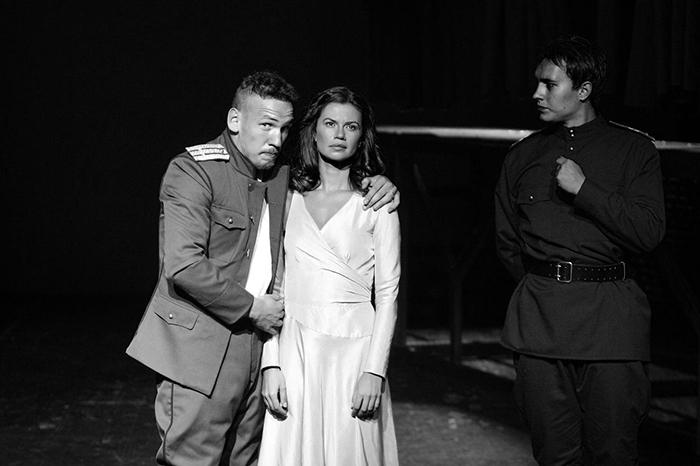 Иван Алексеев (Алексей Турбин) и Лана Крымова (Елена). Дмитрий Володин (Николка) справа