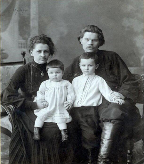 Максим Горький с женой Екатериной Волжиной и детьми