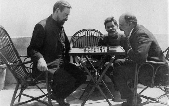 Богданов, Горький и Ленин играют в шахматы. 1908